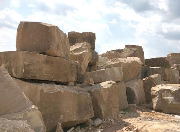 云南砂岩荒料堆场